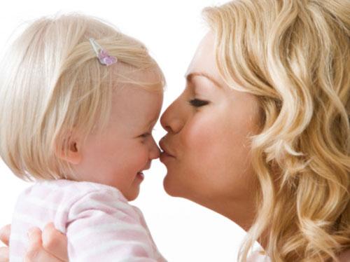 بالصور طريقة التقبيل من الام للاطفال 21660923bbd05fc274295f294a19b8ce