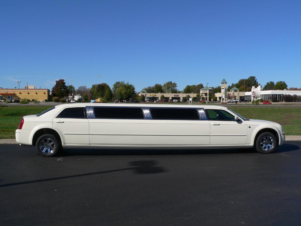 بالصور صور اكبر سيارة ليموزين في العالم 627682eb04a0067fc486d05798f35e27