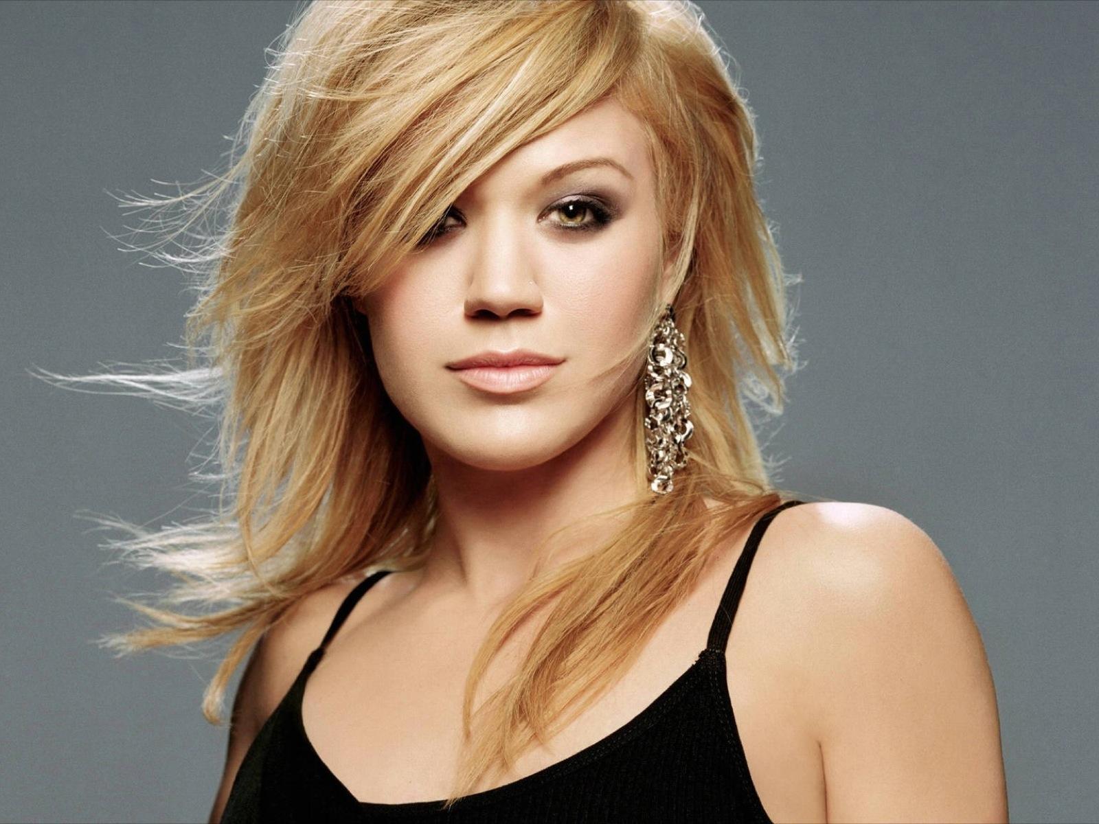 صوره كيلي كلاركسون فازت في برنامج اميريكان ايدل American Idol