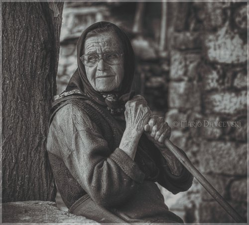 صوره حكم الجلوس بجوار امراة عجوز اجنبية