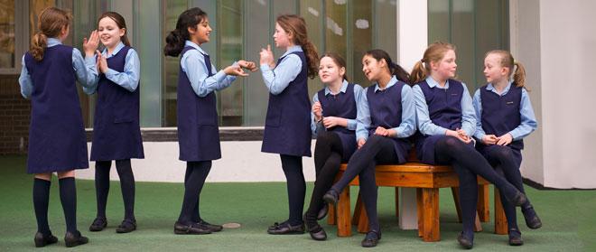 صور التشبيك بين البنات في المدارس