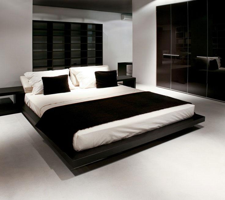 غرفة نوم ابيض وبني والسرير مِن الجلد