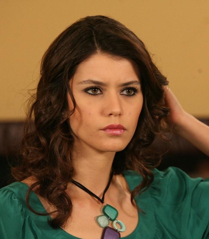 بالصور صور الممثلة التركية بيرين سات c7869d477c64a3f0acec39340c96e65a
