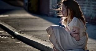 صوره صورة طفلة وحيدة في حزن