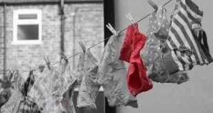 بالصور لازالة البقع من الملابس طريقة غسل الملابس 310x165