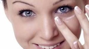 بالصور وصفات لتفتيح سواد العين علاج سواد اسفل العين علاج تجاعيد اسفل العين 300x165