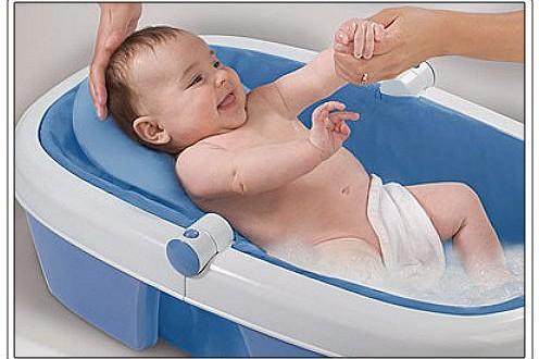 بالصور احتياجات الطفل المولود حديثا baby in bathtub 496x330