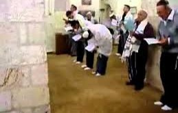 صور كيف يصلي اليهود في معابدهم