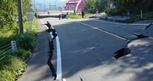 بالصور الاجراءات الوقائية ضد الزلازل والبراكين Chuetsu earthquake Yamabe Bridge 310x165