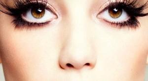 صورة كيف اجعل عيوني واسعه , لكل المبتدئات في الميك اب ارسمي خط فقط لتحصلي على عيون جذابة واسعة