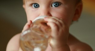 صور شرب الماء للاطفال الرضع