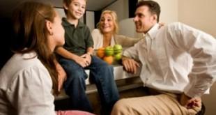 صور حوار هادئ بين افراد عائلة