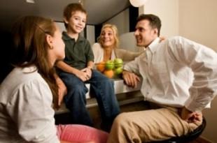 صوره حوار هادئ بين افراد عائلة
