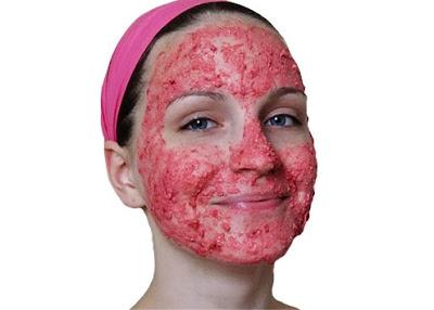 الفراولة والعسل هما مكونين رائعين فِي العناية بالبشرة وعلاج البقاع وترطيب البشرة وتبيض الوجه ايضا.