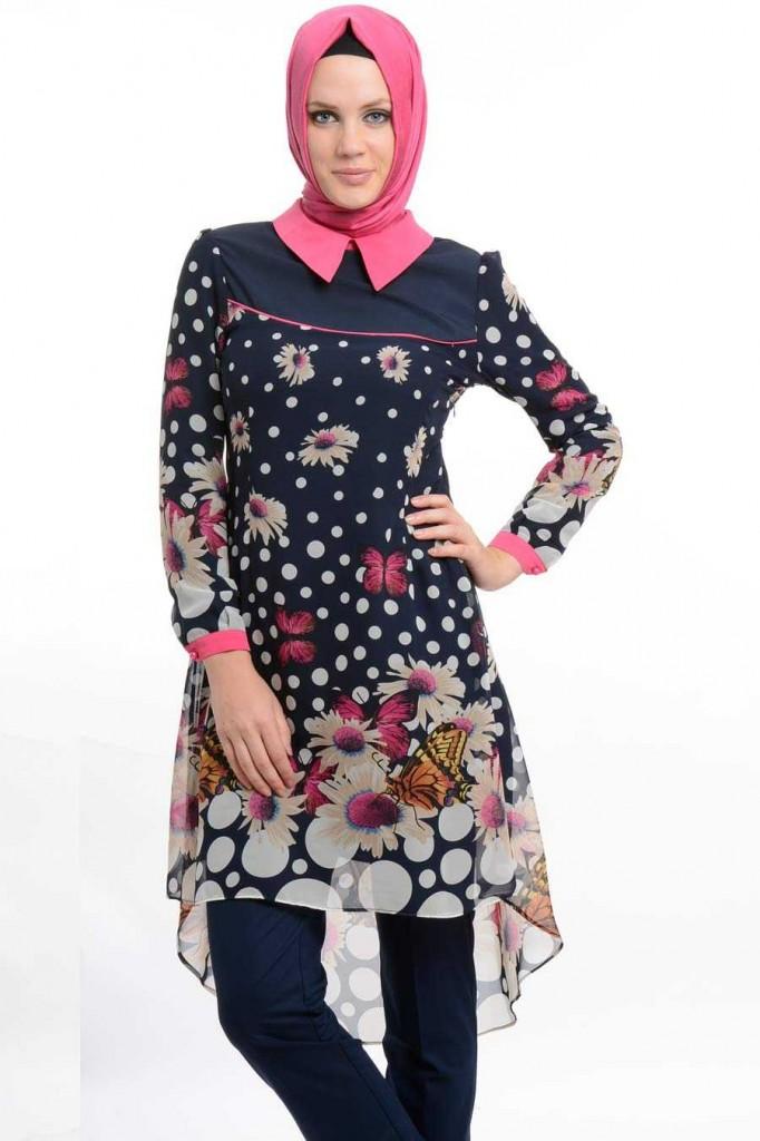 بالصور اناقة المحجبات ملونه اناقة المحجبات بالوان عصرية 2014 2015 Tesettür Giyim Modesty Tunik Modelleri Lacivert Renkli Çiçewww.fatakat ar.comk Desenli Tunik Modeli 682x1024 1