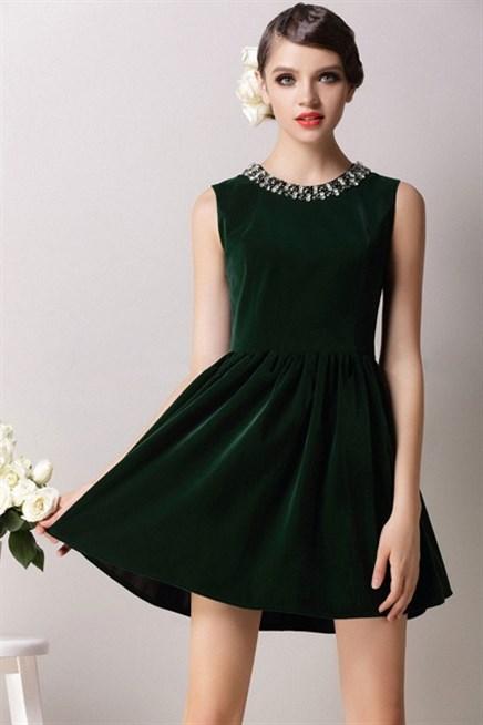 الفستان المصنوع من قماش القطيفه يعطيك لمسه من الفخامه