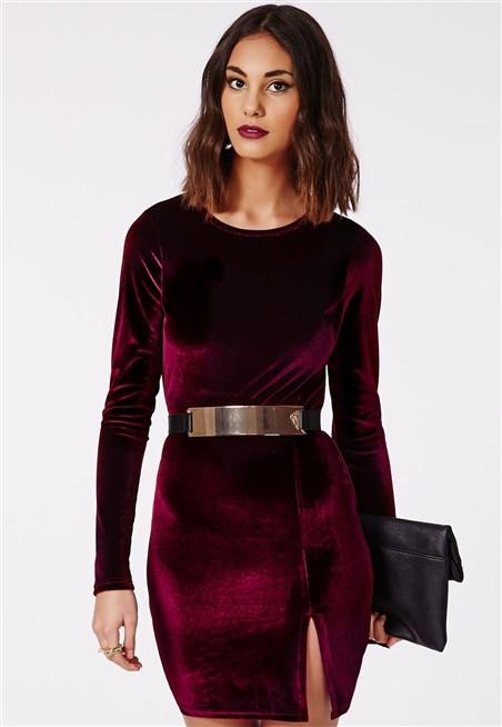 اليك ذلك التصميم المميز لفستا قطيفة احمر داكن مع فتحة على الساق