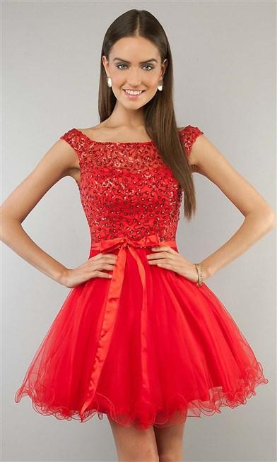 فستان قصير منفوش يتميز بِلونه ألاحمر