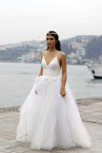 صوره فساتين زفاف تعرضها الممثلة التركية توبا