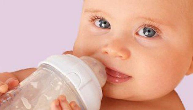 بالصور شرب الماء للاطفال الرضع 20160616 1128