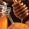 العسل وزيت اللوز للعنايه بالشعر