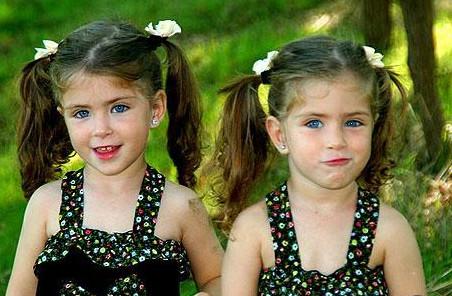 صوره اسماء بنات توائم متشابهة