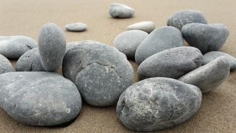 صوره تفسير الاحلام الرمي بالحجارة