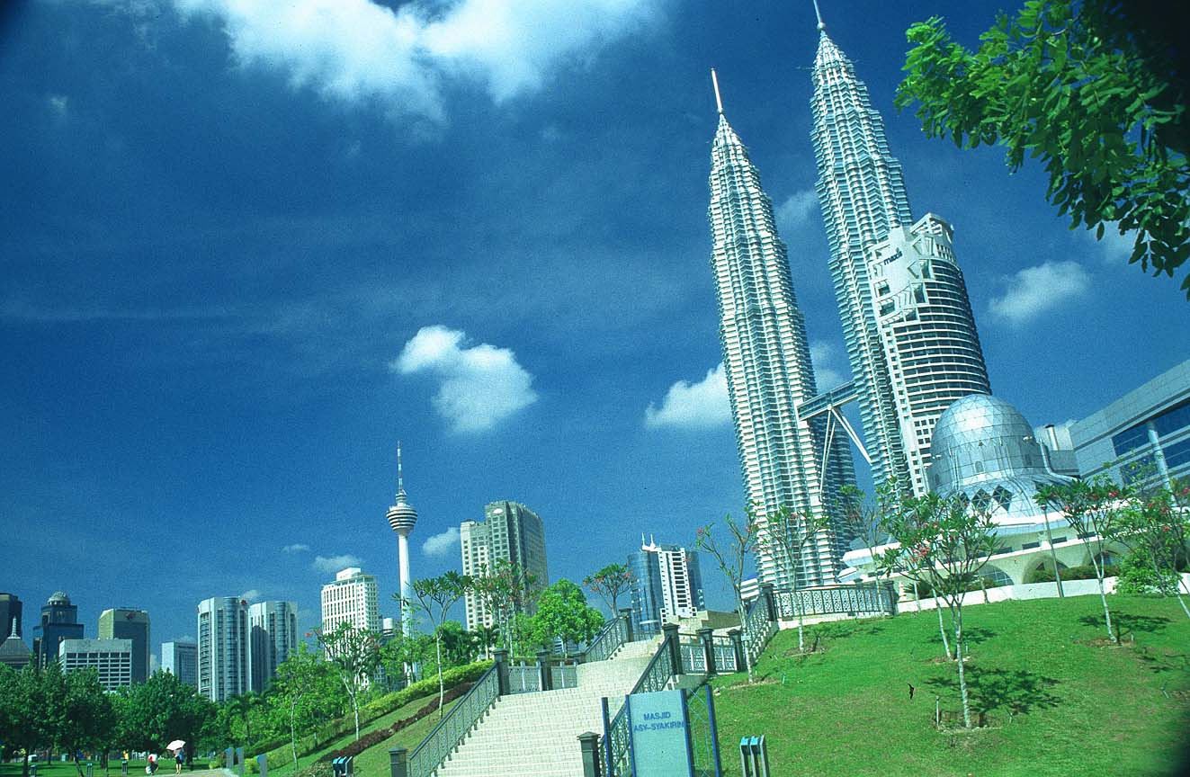 http://www.tropicalisland.de/KUL%20Petronas%20Twin%20Towers%20and%20KLCC%20park%20with%20Mosque_b.jpg