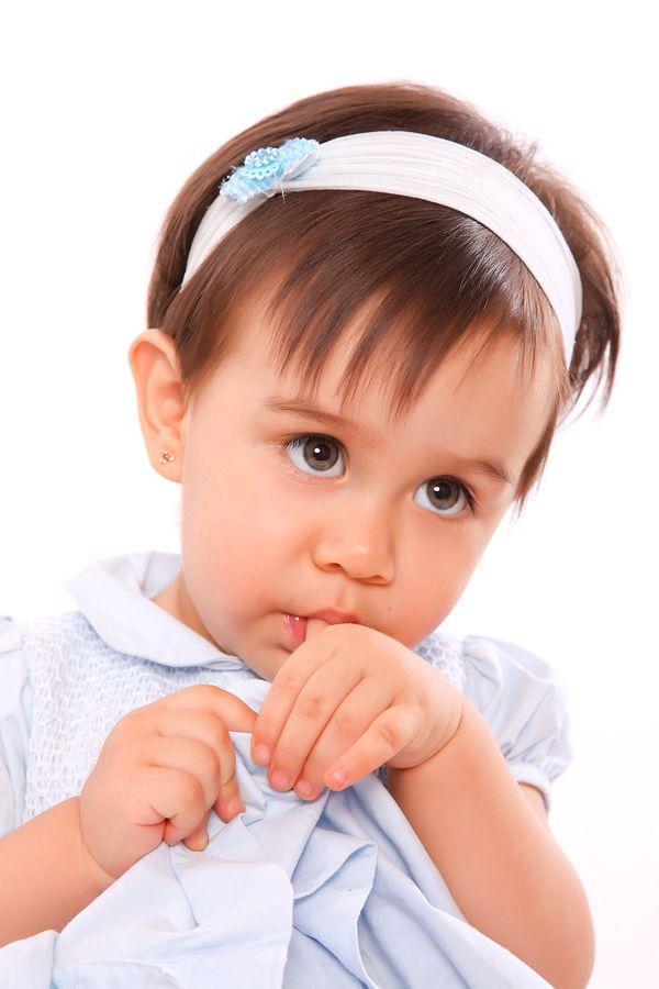 صوره طفل يمص اصبعه الاسباب والحل