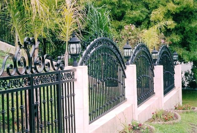 http://www.reyesornamentaliron.com/files/iron_fences_driveway2c.jpg