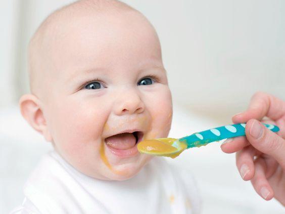 صوره متى يبدا الطفل بالاكل
