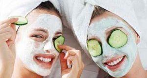 صوره كمادات الخيار لتبييض جلد العينين