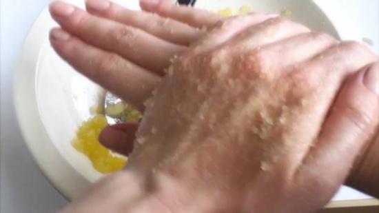 صوره وصفة سحرية لتبييض اليدين