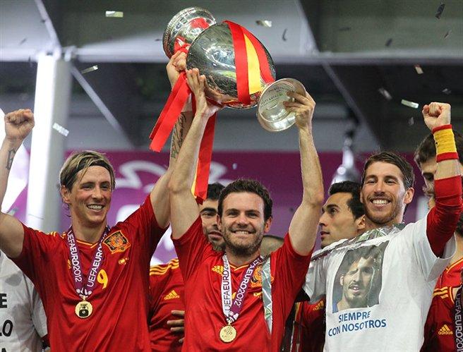 توريس يحتفل مَع زملائه بمنتخب اسبانيا