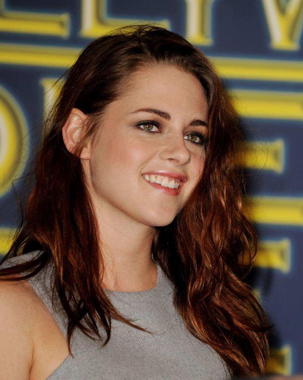 http://www.arabicollection.com/wp-content/uploads/2013/04/KRISTEN-STEWART-at-Cecil-B.-Demille-Award-Presentation-in-Beverly-Hills-6.jpg