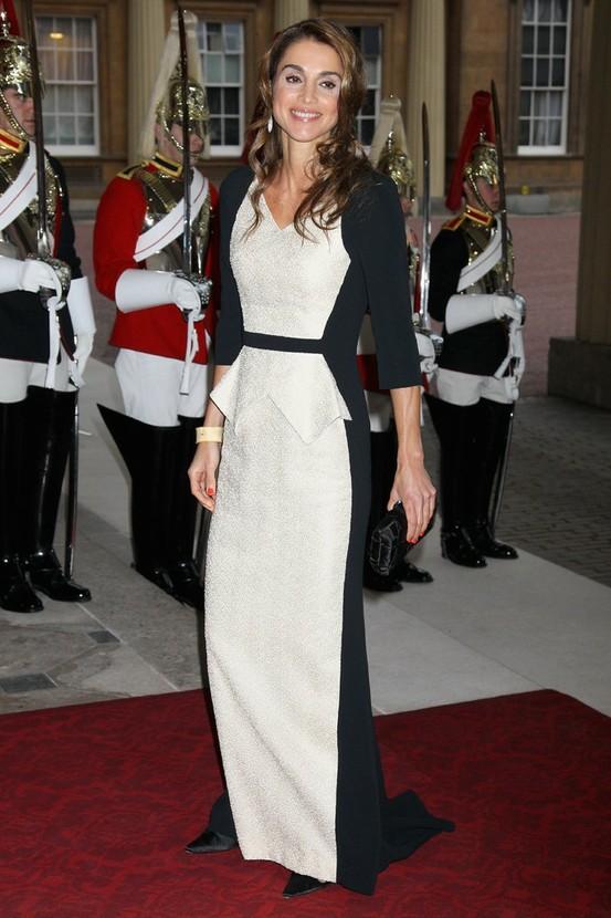 صوره فساتين سهرة الملكة رانيا