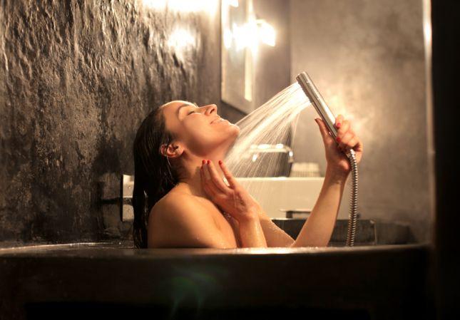 صوره ما اضرار الاستحمام اثناء الدورة الشهرية
