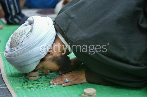 صوره لماذا يصلي الشيعة على حجر صغير
