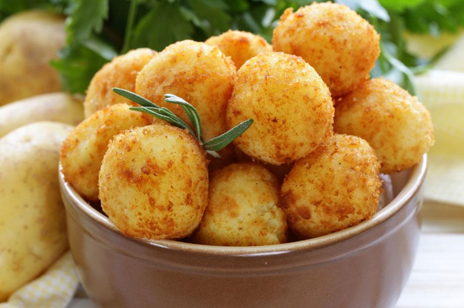بالصور طريقة عمل كرات البطاطس المقلية بالجبنة 20160712 2923