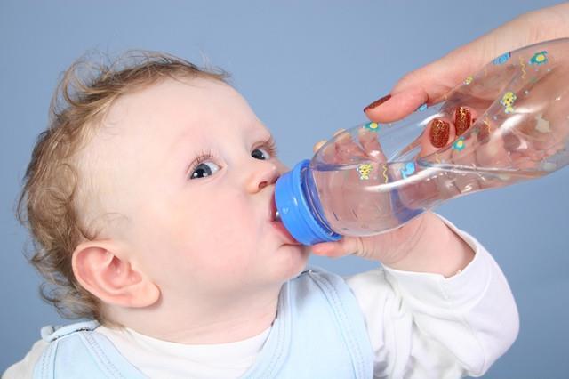 بالصور شرب الماء للاطفال الرضع 20160715 1943