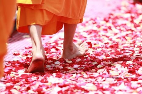 صور تفسير حلم المشي حافي القدمين