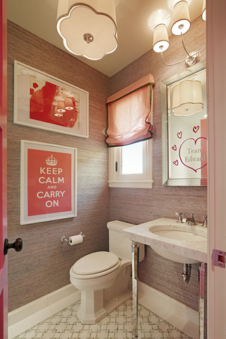 بالصور افكار منزلية للحمام بالصور small great bathroom decorating ideas for apartment with lovely paintings and white toilet